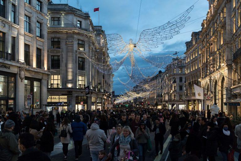 «Άλλος κόσμος» το Λονδίνο – Κοσμοσυρροή στους εμπορικούς δρόμους