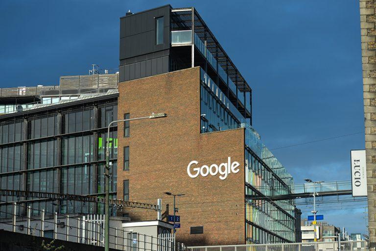 Οι εργαζόμενοι στη Google κορυφώνουν τις αντιδράσεις τους ενάντια σε μια αμφιλεγόμενη απόλυση