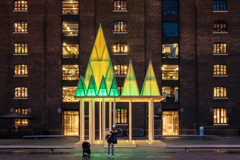 Μια πρωτότυπη εγκατάσταση- χριστουγεννιάτικη διακόσμηση σε πλατεία του Λονδίνου