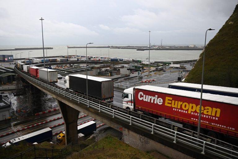 Συμφωνία Βρετανίας- Γαλλίας για να ξαναρχίσει η κίνηση φορτηγών
