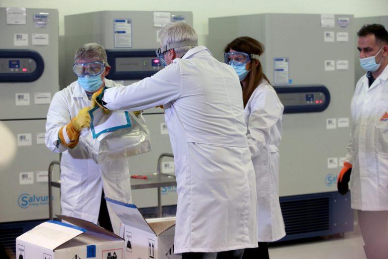 Ξεκινούν σήμερα οι πρώτοι εμβολιασμοί στη χώρα μας – Το μεσημέρι θα εμβολιαστούν η ΠτΔ και ο πρωθυπουργός