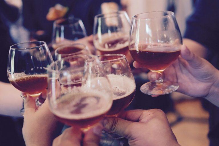 «Ξεχάστε το αλκοόλ αμέσως μετά το εμβόλιο Covid», λέει Ρώσος επιστήμονας