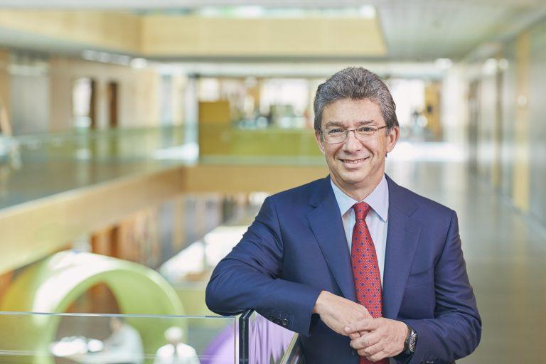 Αντρέ Καλαντζόπουλος: Ποιος είναι ο νέος πρόεδρος της Philip Morris International και τι πιστεύει για την Ελλάδα