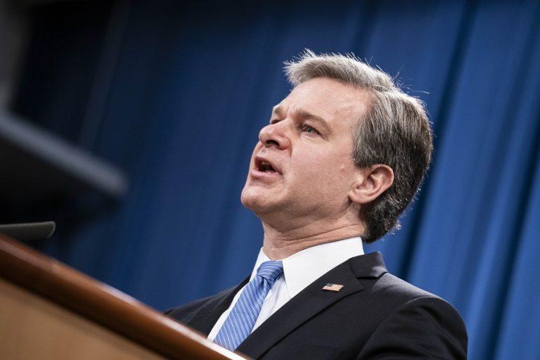 Ο Μπάιντεν σχεδιάζει να διατηρήσει τον Κρίστοφερ Ρέι ως διευθυντή του FBI