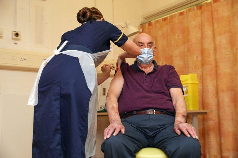 Ο 82χρονος Μπράιαν Πίνκερ ήταν ο πρώτος που έλαβε το εμβόλιο της AstraZeneca