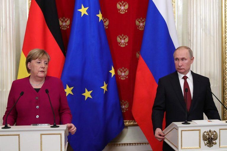 Κοινό μέτωπο Μέρκελ-Πούτιν για την παραγωγή εμβολίων κατά του κορωνοϊού