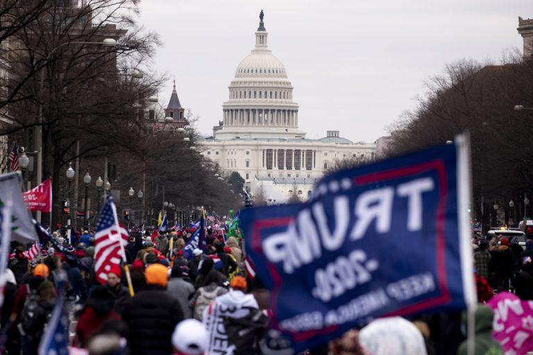 Politico: Ο Ντόναλντ Τραμπ μετέτρεψε την Αμερική σε μία από τις πιο «σκ…ά» χώρες