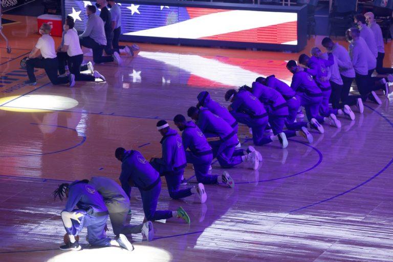 NBA: Γονάτισαν στον εθνικό ύμνο μετά τα επεισόδια στο Καπιτώλιο (video)