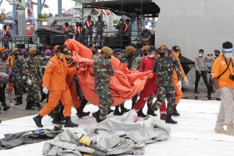 Ινδονησία: Εντοπίστηκαν συντρίμμια και πτώματα στην περιοχή συντριβής του αεροσκάφους