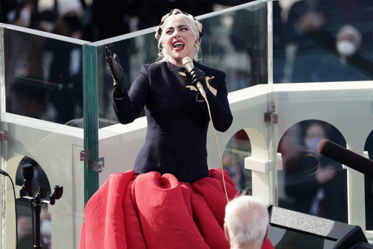 Η εντυπωσιακή εμφάνιση των Lady Gaga και Τζένιφερ Λόπεζ στην ορκωμοσία Μπάιντεν