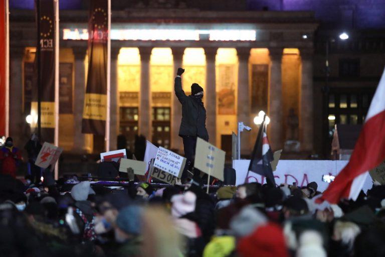 Τρίτη νύχτα διαδηλώσεων στην Πολωνία μετά τη δημοσίευση του διατάγματος για τις αμβλώσεις