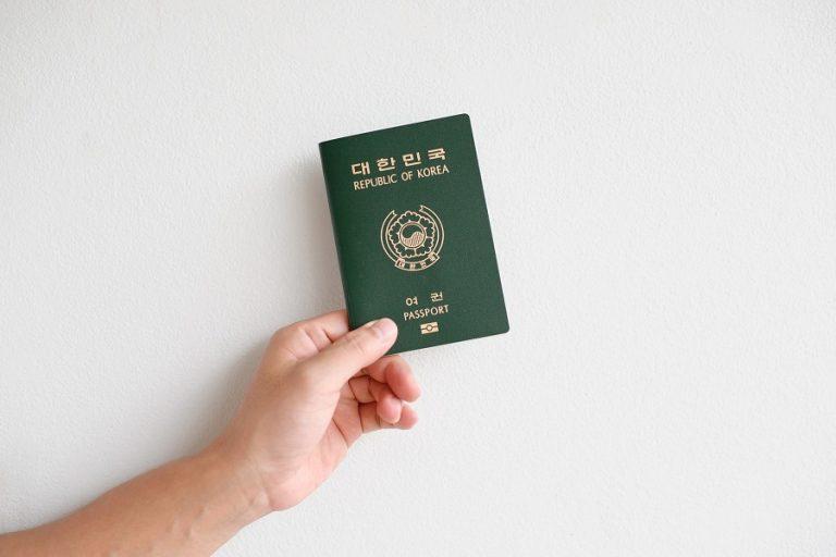 Τα διαβατήρια εμβολιασμού είναι εδώ – άρα γιατί υπάρχουν ακόμα τόσοι ταξιδιωτικοί περιορισμοί;