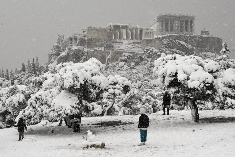 Οι χιονοπτώσεις σε Αττική, Εύβοια, Κυκλάδες και Κρήτη θα συνεχιστούν έως το πρωί της Τετάρτης