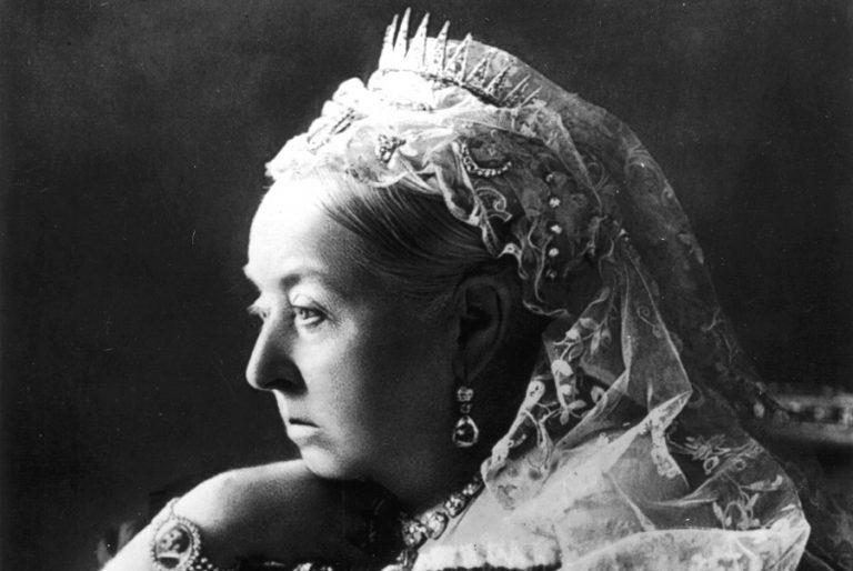 Δημοπρατούνται κοσμήματα «πένθους» της βασίλισσας Βικτώριας
