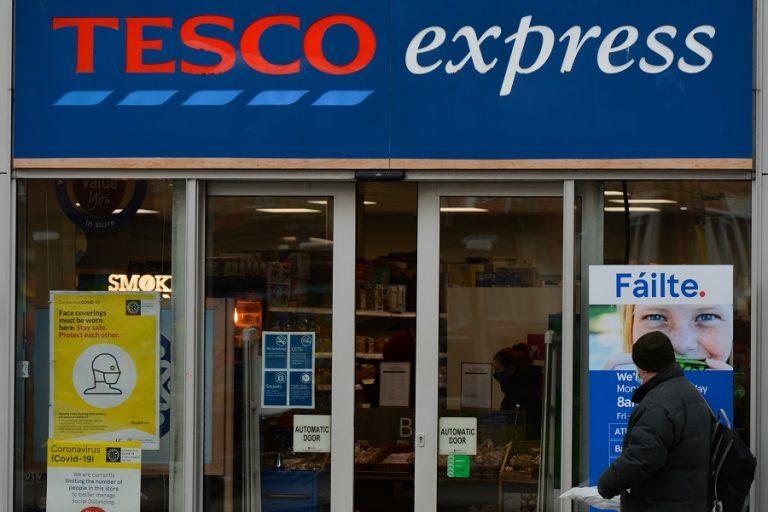 Η Tesco και 17 ακόμη μεγάλα ονόματα του λιανεμπορίου ζητούν επιβολή φόρου στο ηλεκτρονικό εμπόριο- Ο λόγος