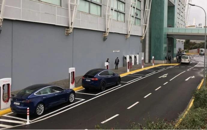 Tesla: Άνοιξε ο πρώτος σταθμός ταχυφορτιστών στην Ελλάδα
