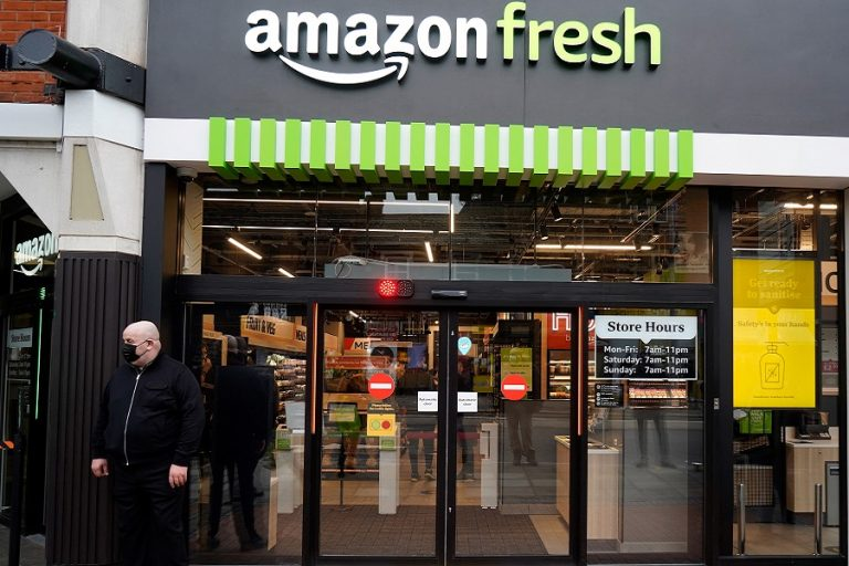 Η Amazon φέρνει την επανάσταση στα σουπερμάρκετ: Τέλος τα ταμεία και οι ουρές