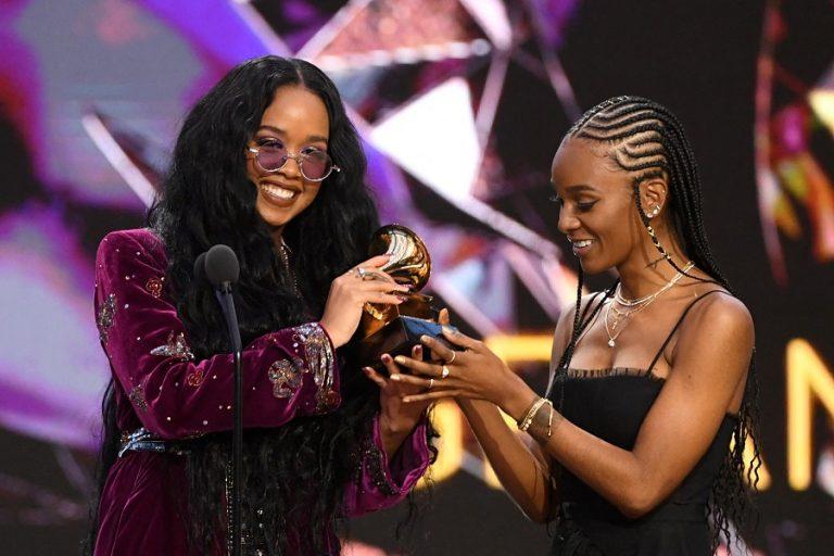 Βραβεία Grammy: Τραγούδι της Χρονιάς αναδείχθηκε το I Can't Breathe της H.E.R (Βίντεο)