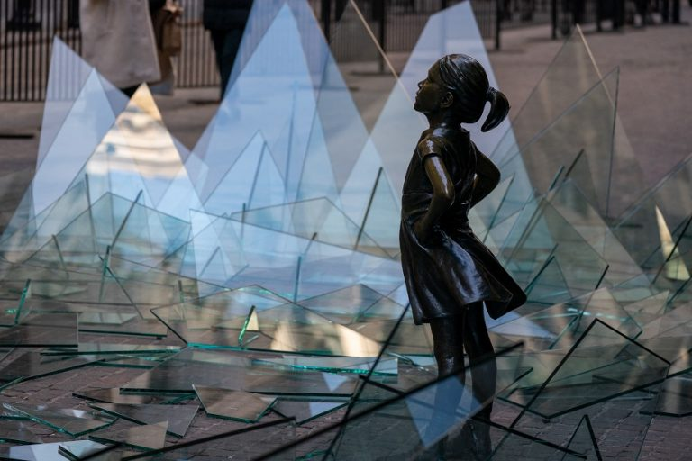 «Ατρόμητο κορίτσι» στέκεται ανάμεσα σε σπασμένα γυαλιά και γίνεται σύμβολο