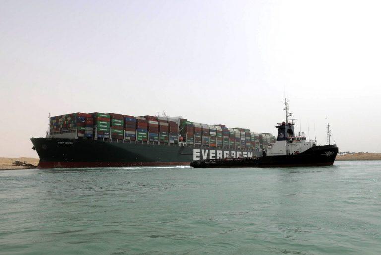 Bloomberg: Άνοιξε η διώρυγα του Σουέζ, παραμένουν τα προβλήματα στο εμπόριο