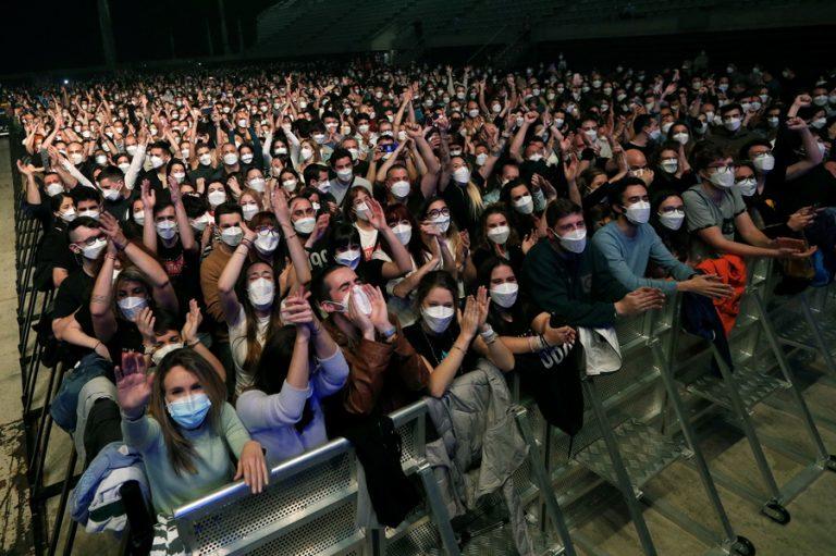 Βαρκελώνη: Με μάσκες και αρνητικό τεστ, 5.000 άνθρωποι συμμετείχαν «πειραματικά» σε ροκ συναυλία