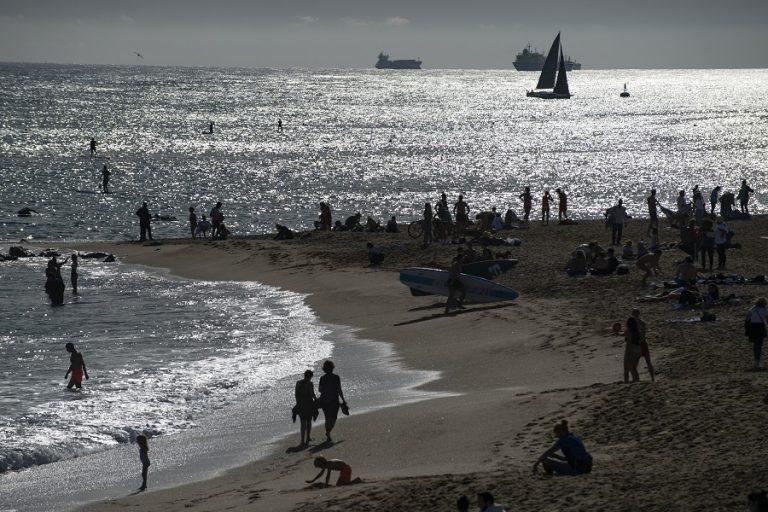 Κορωνοπάρτι στην Ισπανία: Αψήφησαν τα μέτρα και διασκέδασαν σε παραλία της Βαρκελώνης (Βίντεο)