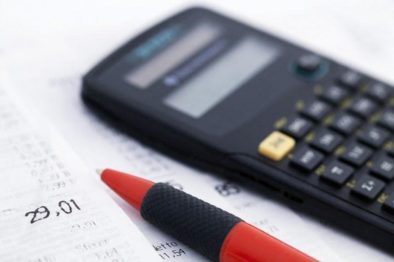 Ποιοι και πόσο ωφελούνται από τη μείωση της προκαταβολής φόρου