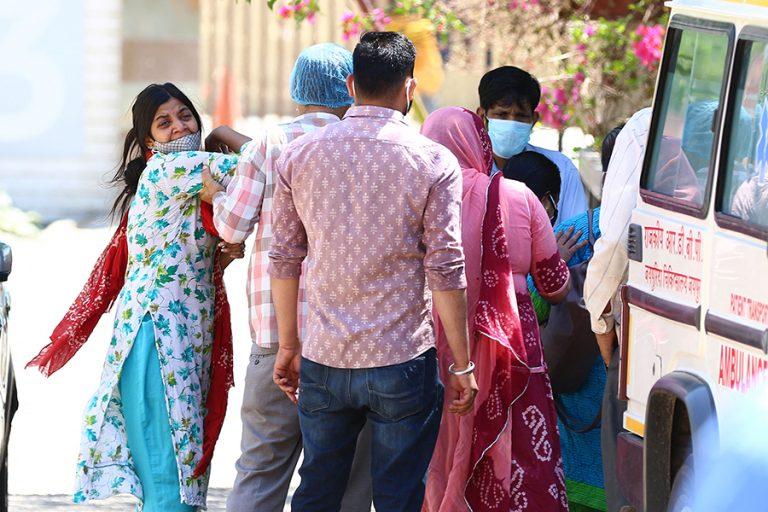Εκτός ελέγχου η πανδημία στην Ινδία με νέο παγκόσμιο ρεκόρ ημερήσιων κρουσμάτων