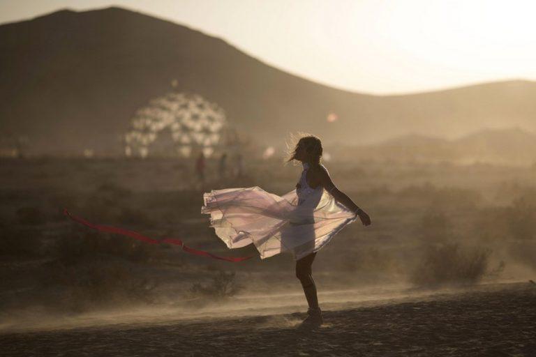 Οδηγώντας στον σουρεαλιστικό κόσμο του Burning Man