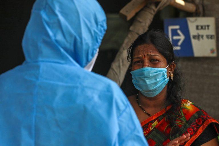Ο κορωνοϊός μαστίζει την Ινδία: Πτώματα ανθρώπων που πέθαναν από Covid-19 βρέθηκαν στον Γάγγη