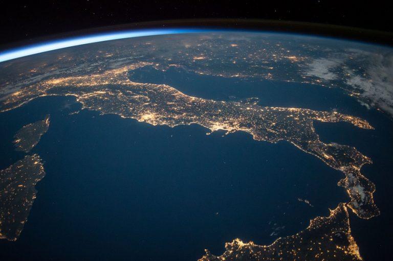 Περίπου 5.200 τόνοι εξωγήινης σκόνης μικρομετεωριτών πέφτουν στη Γη κάθε χρόνο- Πώς το εξηγούν οι επιστήμονες