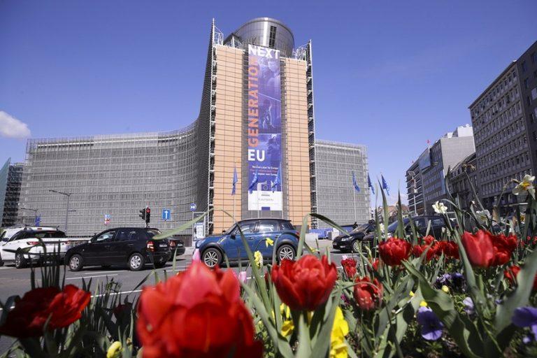 Θετική και η 11η αξιολόγηση της Κομισιόν για την Ελλάδα – Η πρόβλεψη για «βουτιά» του χρέους ως το 2060