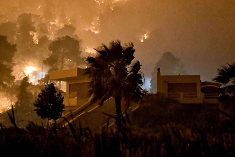 Μαίνεται η μεγάλη δασική πυρκαγιά στο Σχίνο Λουτρακίου Κορινθίας – Διαδοχικά μηνύματα από το «112»