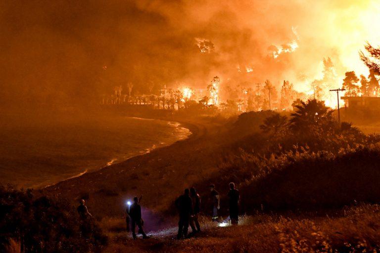 Ο καπνός από την Κορινθία «σκέπασε» περιοχές της Αττικής- Στάχτες σε μπαλκόνια