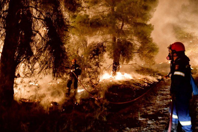 Φωτιά στην Κορινθία: Όλες οι ελπίδες στα εναέρια μέσα- Ολονύχτια μάχη με φλόγες και θυελλώδεις ανέμους