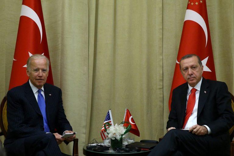 Bloomberg πριν τη συνάντηση Μπάιντεν με Ερντογάν: «Η Τουρκία να καταλάβει ότι είναι ανεπιθύμητη»