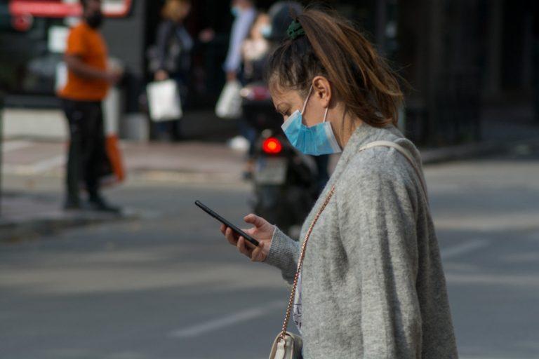 Έρχεται το τέλος στην υποχρεωτική χρήση μάσκας σε εξωτερικούς χώρους