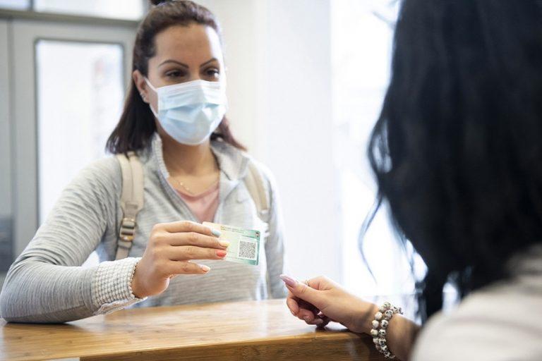 Αισιοδοξία για σταδιακή υποχώρηση της πανδημίας του κορωνοϊού – «Αντίο» στις μάσκες τις επόμενες εβδομάδες