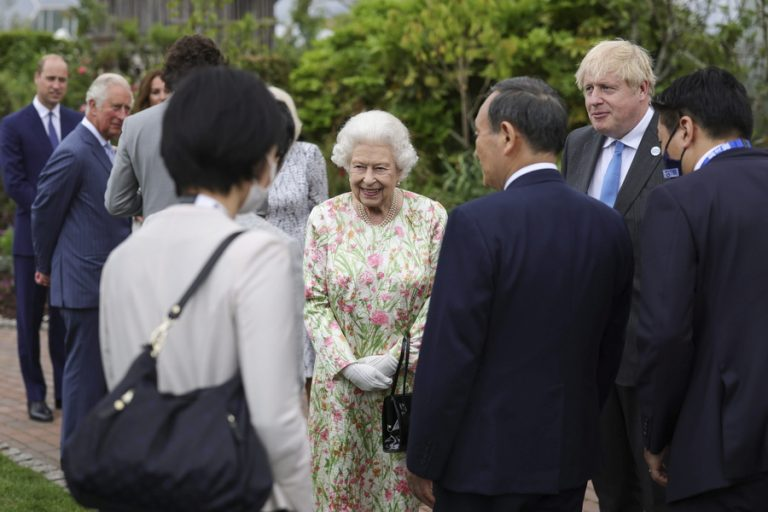 Δεξίωση στους ηγέτες της G7 από τη βασίλισσα Ελισάβετ- Έκοψε την τούρτα με… σπαθί