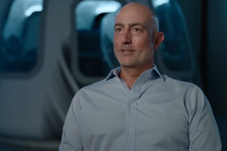 Μαρκ Μπέζος: Ποιος είναι ο μικρότερος αδερφός του Τζεφ Μπέζος που θα «πετάξει» στο διάστημα