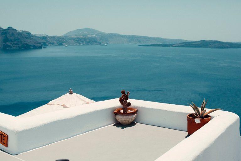 Daily Mail: Στην πράσινη λίστα η Ελλάδα για τους Βρετανούς τουρίστες από τις 19 Ιουλίου