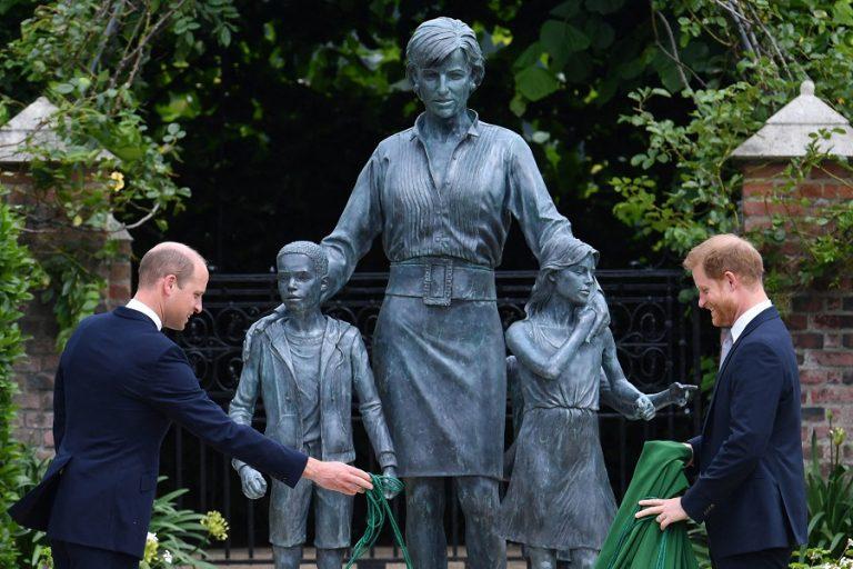 Οι πρίγκιπες Ουίλιαμ και Χάρι έκαναν τα αποκαλυπτήρια του αγάλματος της μητέρας τους