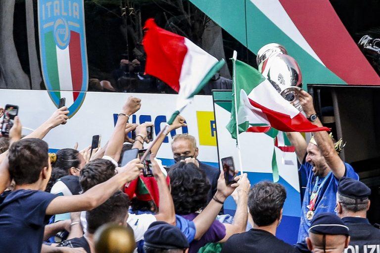 Ματαρέλα και Ντράγκι υποδέχονται την Εθνική Ιταλίας- Εκατοντάδες πολίτες στο καλωσόρισμα