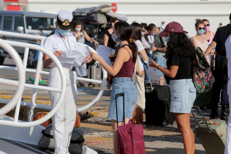 Αυξημένη η κίνηση στο λιμάνι του Πειραιά: Σαλπάρουν με rapid test και πιστοποιητικό εμβολιασμού