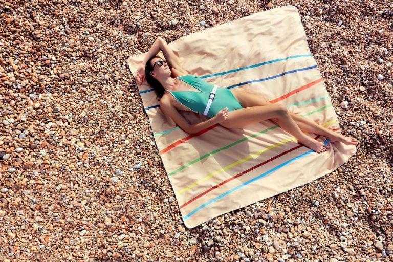 Anaskela: Δύο φίλες δημιούργησαν την πιο λειτουργική και άνετη πετσέτα θαλάσσης