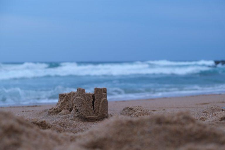 Ομάδα καλλιτεχνών δημιούργησε το ψηλότερο κάστρο από άμμο στη Δανία