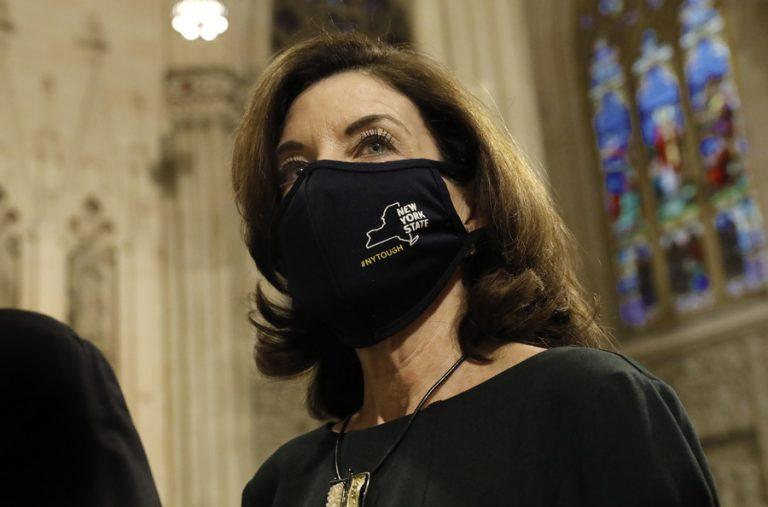 Η Kathy Hochul είναι η πρώτη γυναίκα-κυβερνήτης της Νέας Υόρκης, μετά τη φυγή του Cuomo