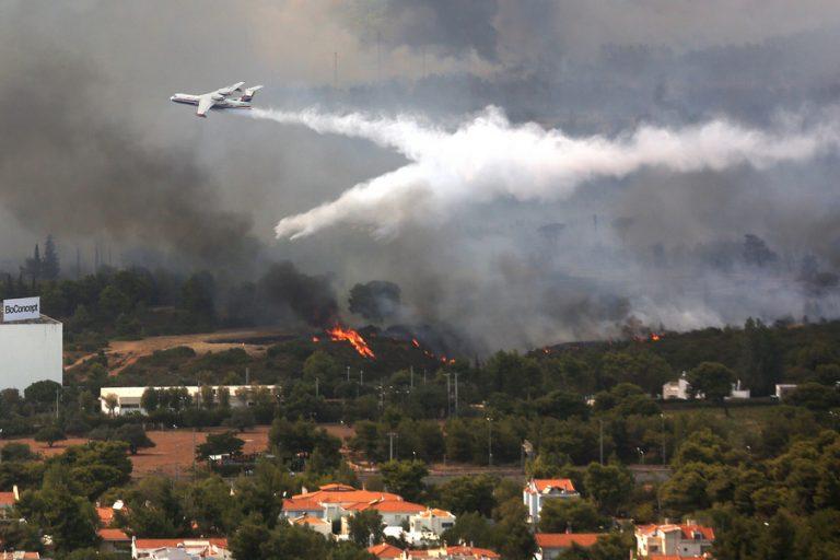 Εκκενώνονται σπίτια στη Βαρυμπόμπη λόγω της μεγάλης πυρκαγιάς