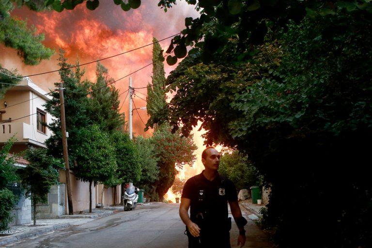 Η τρομακτική στιγμή των εκρήξεων την ώρα της φωτιάς στη Βαρυμπόμπη (βίντεο)