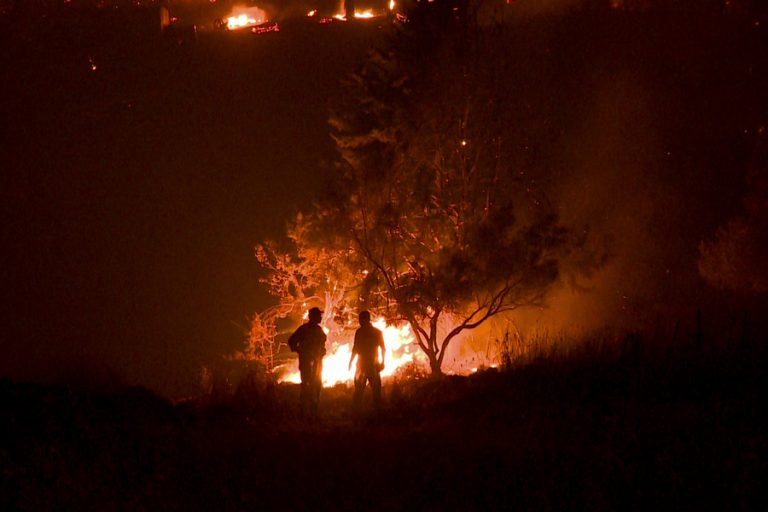 Οι φλόγες μπήκαν στο Κρυονέρι- Καίγονται σπίτια
